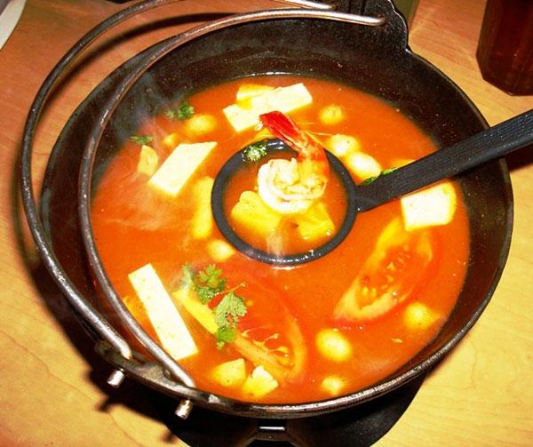 Kenikmatan cita rasa Seafood Tom Yam Goong yang pedas dan segar, siap